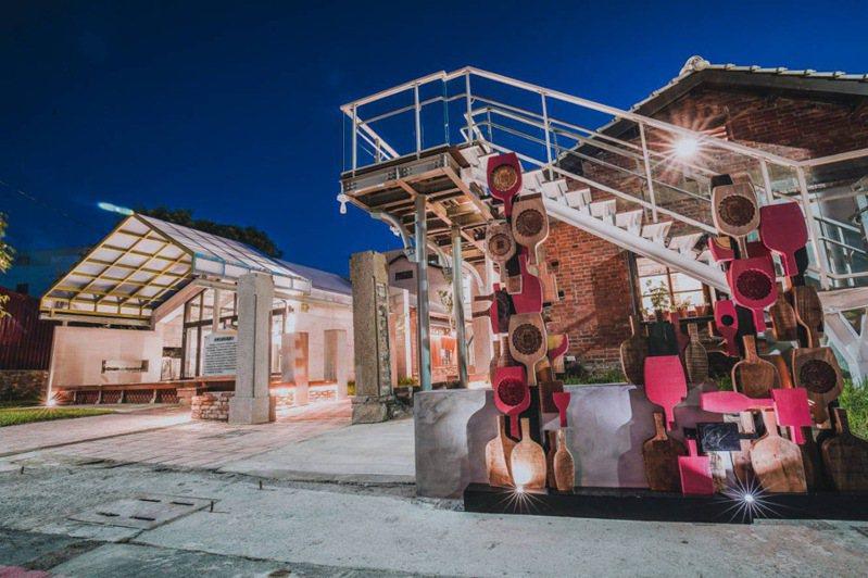 ▲青創基地與糕粿印象形成美麗的夜景。  圖:彰化縣政府城市暨觀光發展處/提供