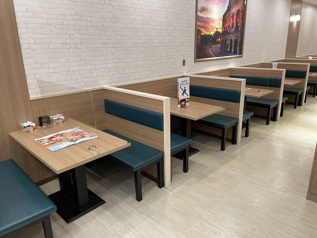 家樂福店內開設的主題餐廳座位數減半,各桌前後左右加大1.5米距離,同桌亦設有隔板...