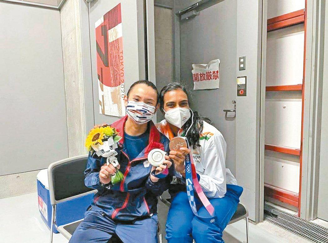 賽後記者會「十分平靜」的小戴(左),被印度好手辛德胡(右)一個擁抱擠出淚水,小戴...