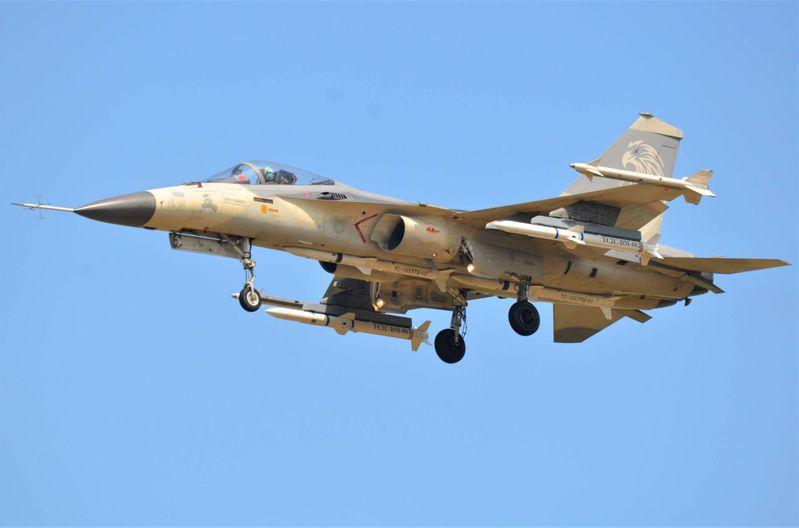 中科院「奔劍專案」研發測試時曾為軍迷攝得,圖中滑射式增程天劍二型空對空飛彈測試彈,掛在圖中右側翼下近油箱的第八站位、左側翼下的測試彈則為第二站位。圖中示範IDF戰機必要時可掛載四枚中程空對空飛彈升空接敵。圖/台中讀者提供
