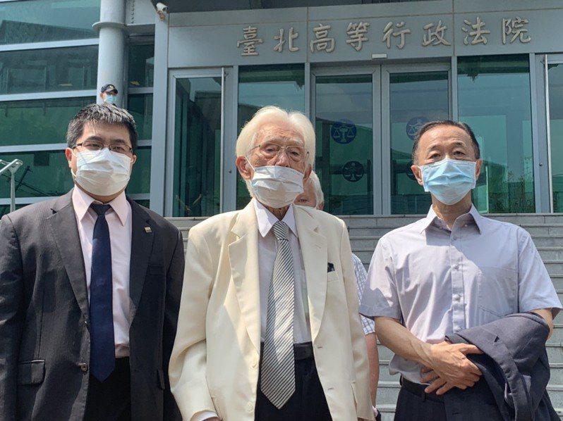 前總統府資政辜寬敏所成立的「台灣制憲基金會」委請律師團,7月28日赴台北高等行政法院進行第一次言詞辯論。記者賴佩璇/攝影