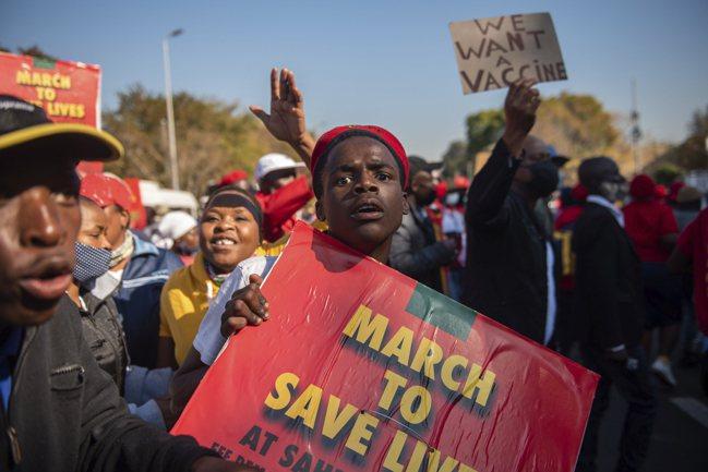 南非普利托利亞民眾,6月上街抗議沒新冠疫苗可打。   美聯社