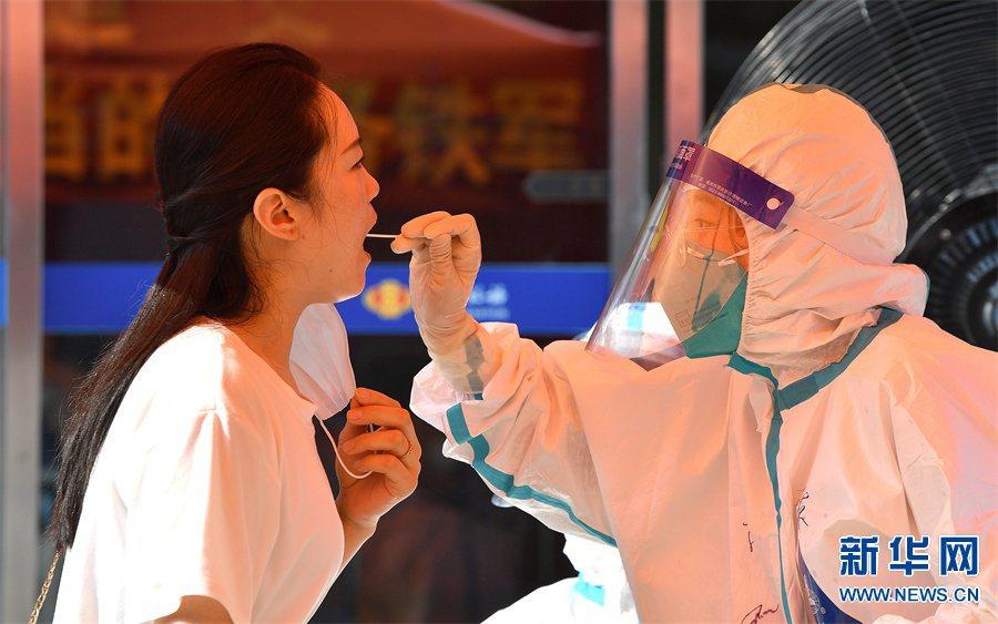 在發現有本土確診者後,鄭州8月1日起就對全市民眾展開核酸檢測。截至2日18時,鄭...