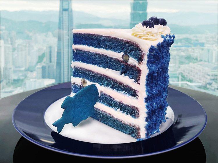 打過疫苗者點主餐,即贈巨大藍絲絨蛋糕。圖/SEA TO SKY提供。