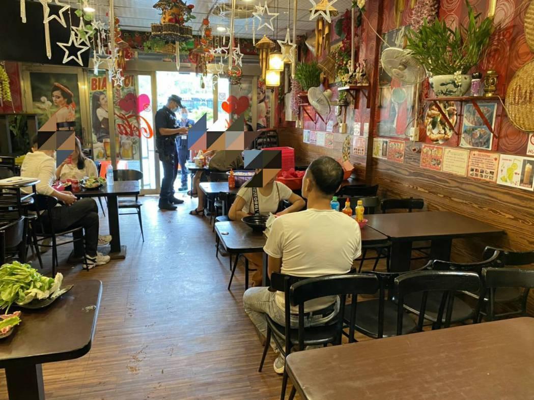 桃園移工餐廳容納10多名客人內用,卻沒設置隔板或採梅花座,將開罰。記者楊湛華/翻...