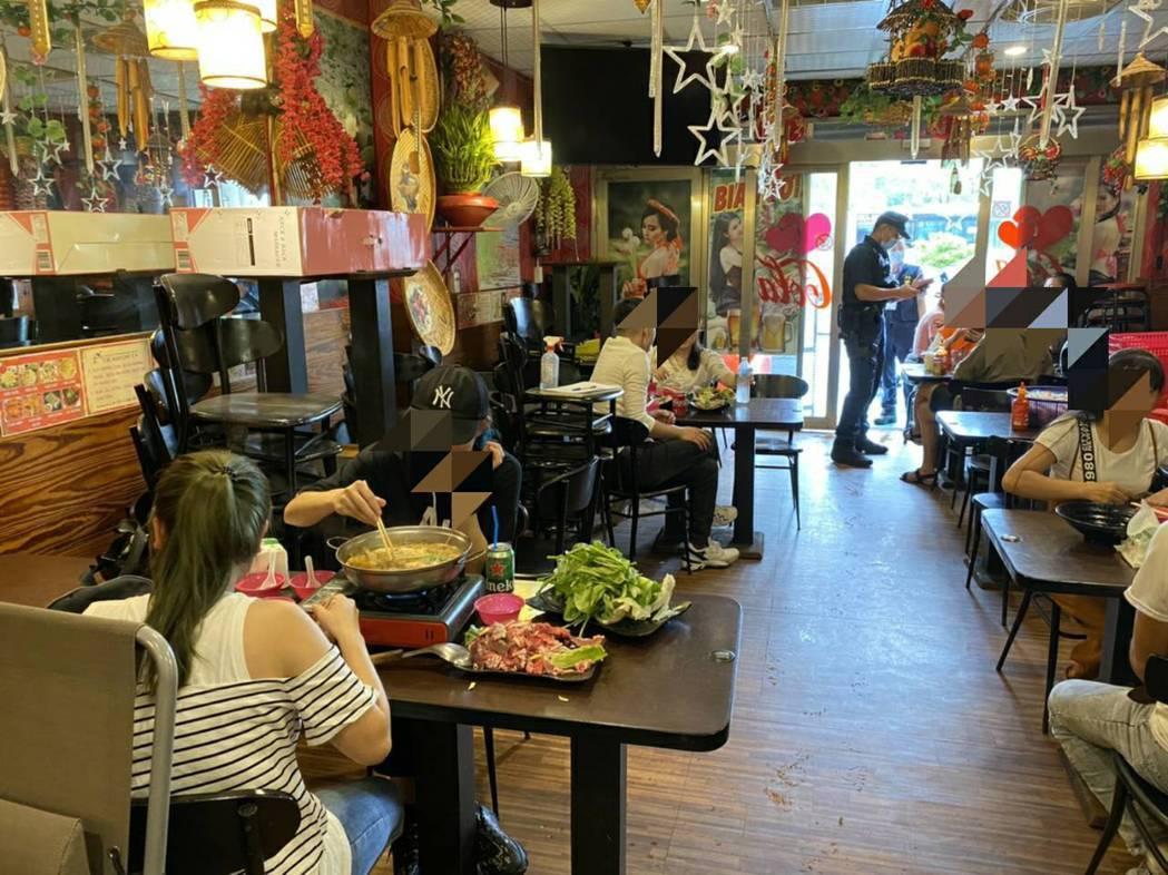 桃園移工餐廳開放內用,卻沒防疫措施,2名女客還共吃一鍋。記者楊湛華/翻攝