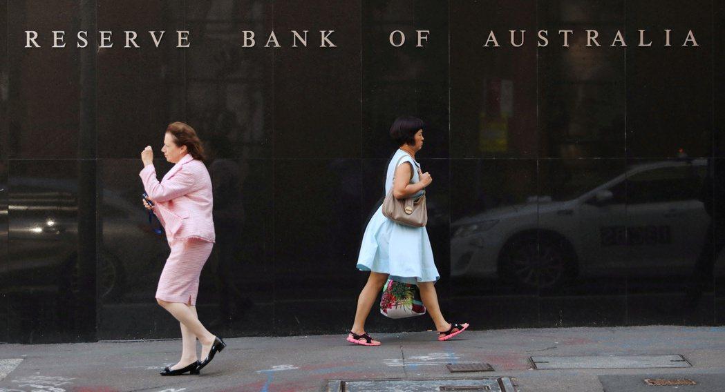澳洲央行維持原訂縮減購債計畫,即9月開始由每周購債50億澳幣減為40億澳幣(30...