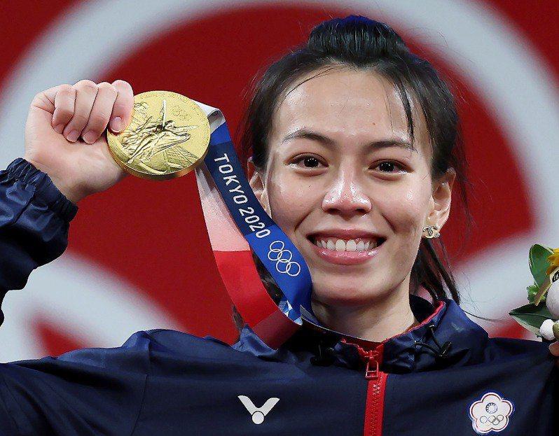 我國「舉重女神」郭婞淳在東京奧運女子59公斤級比賽中展現壓倒性實力奪金,她在拿到...