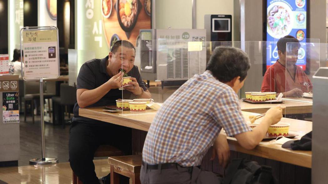 雙北餐廳今(3)日有條件開放內用。報系資料照