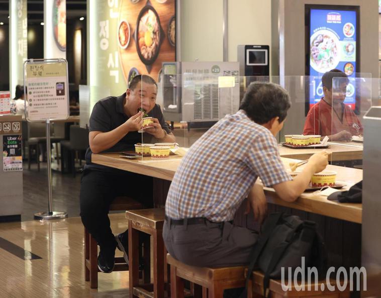 雙北餐廳今天起有條件開放內用,民眾可以在維持距離的情況下用餐。記者林澔一/攝影