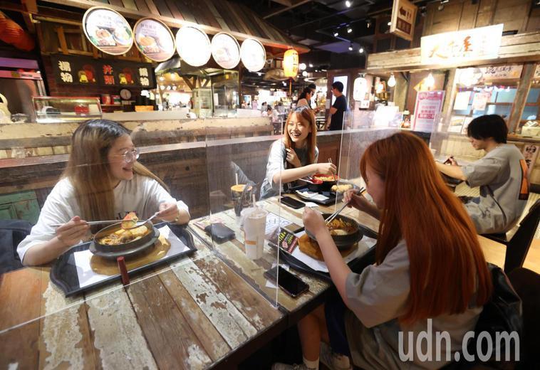 雙北餐廳今天起有條件開放內用,民眾終於可以和朋友一起吃飯,露出開心的笑容。記者林...