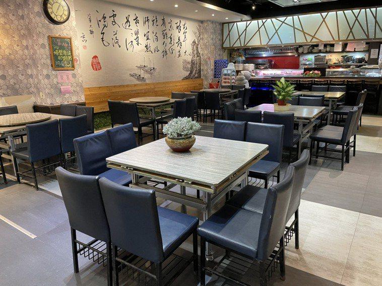 蘆洲知名餐廳「南海漁村」一組客人都沒有,大部分消費者都選擇外帶,店家認為民眾還會...