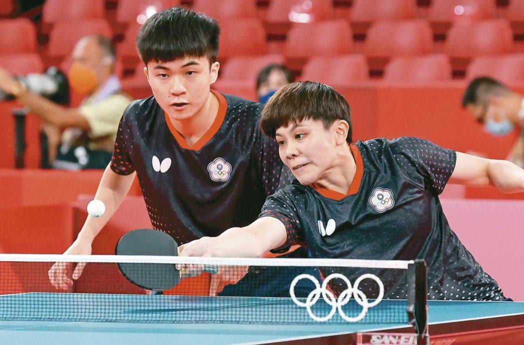 台南出身的桌球好手鄭怡靜(右)今年在東奧中,與來自宜蘭的林昀儒,拿下台灣史上首面...