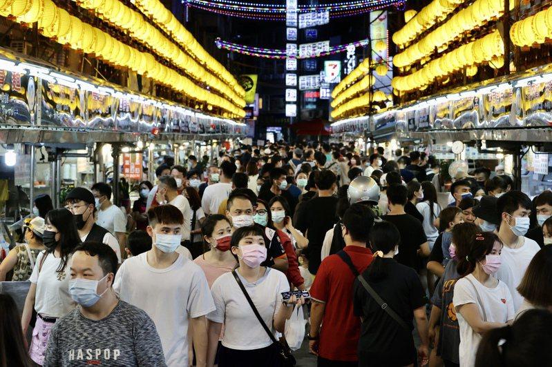 降級解封首個假日,基隆廟口夜市人潮爆滿。圖/聯合報系資料照片