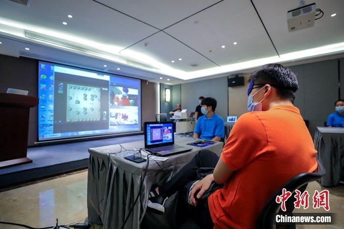 圖為在福州比賽現場,大陸選手透過視訊連線與臺灣選手進行比賽。中新社