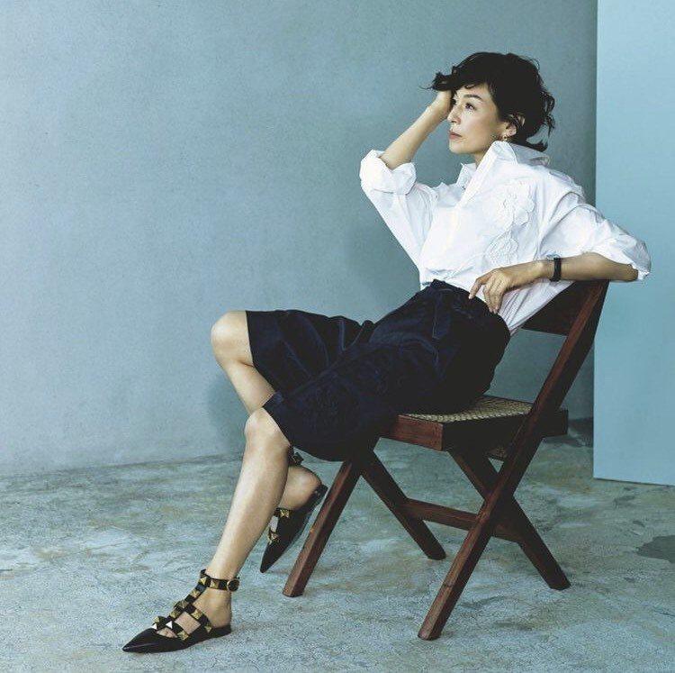 鈴木保奈美配戴卡地亞珠寶與腕表登上日本Precisous雜誌,演繹無性別穿搭。圖...