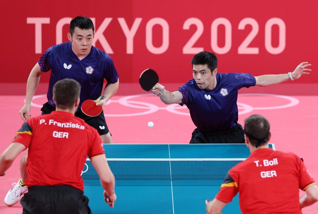 「五朝元老」莊智淵(右)和陳建安搭檔雙打。特派記者余承翰/東京攝影
