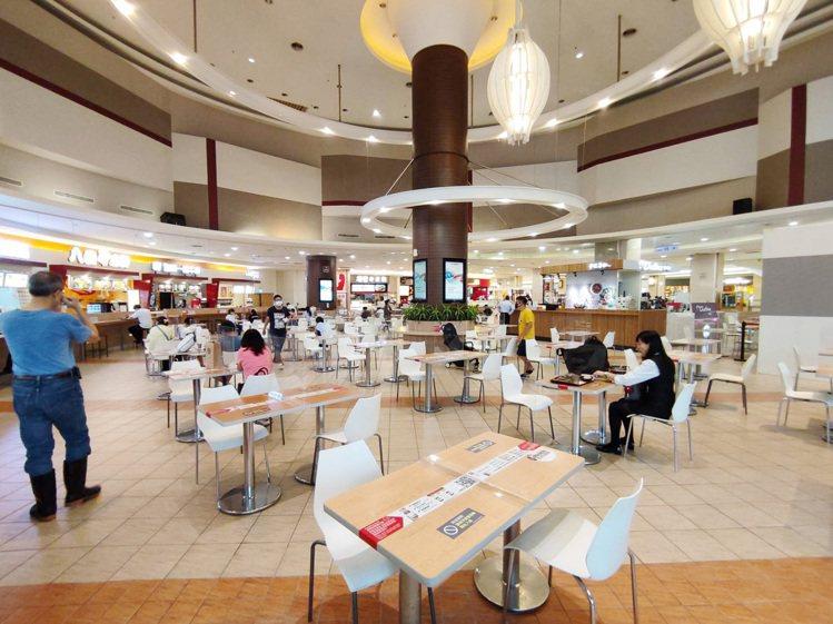 雙北開放餐飲內用,百貨美食街、餐廳皆減少座位採梅花座、裝設隔板、進行用餐人潮管制...