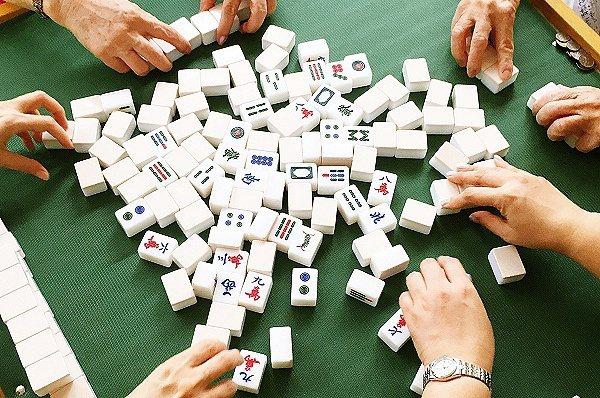江蘇省揚州市此次疫情爆發點為「棋牌室」群聚,揚州本土確診病例目前累計已達94例。...
