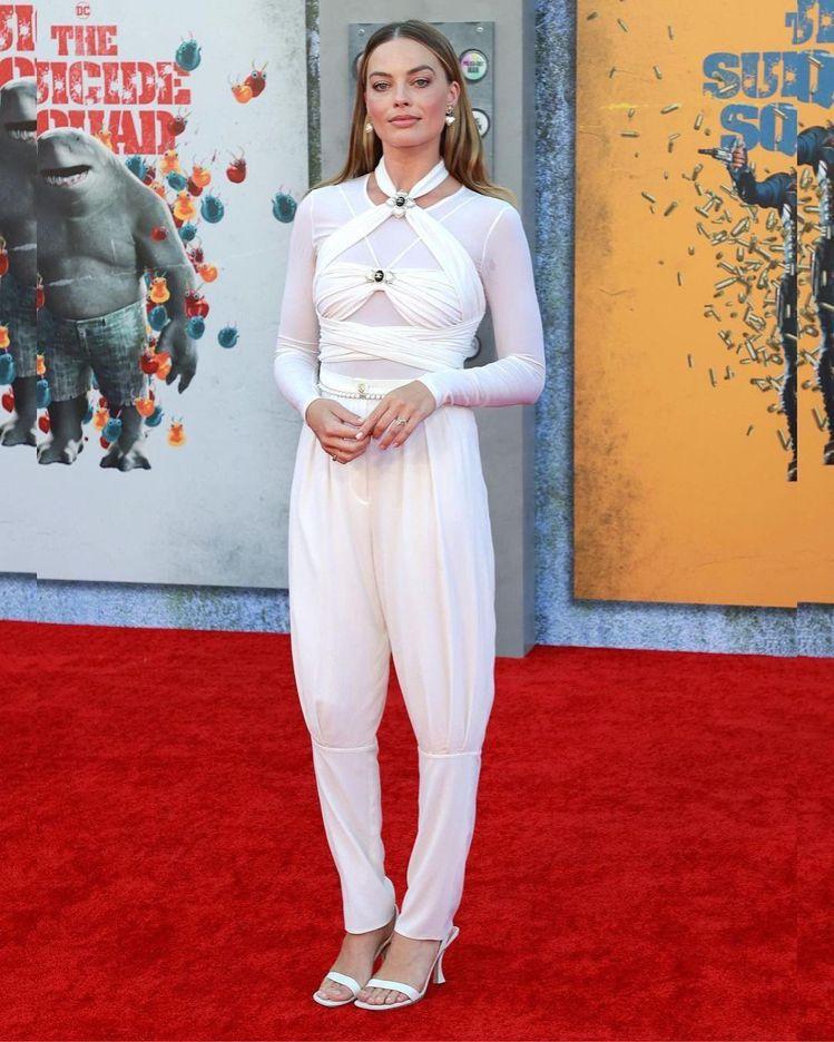 瑪格羅比穿香奈兒2021-22度假系列服裝出席《自殺突擊隊:集結》洛杉磯首映會。...