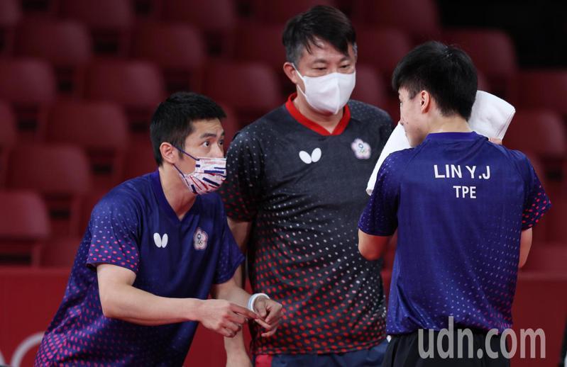 我國桌球男團在東京奧運8強賽不敵德國,林昀儒(右)獨拿兩點,暫停時「五朝元老」莊智淵(左)在場邊給予指導。特派記者余承翰/東京攝影