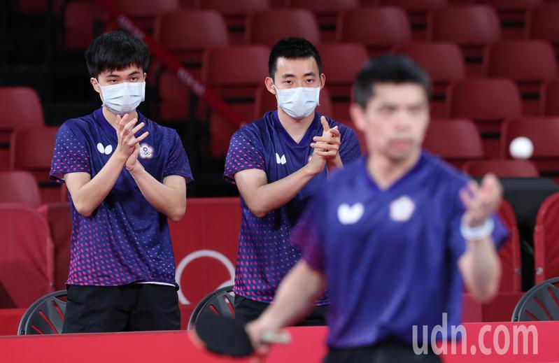 我國桌球男團今天在東京奧運8強賽不敵德國,「五朝元老」莊智淵(前)在第五點單打未能取勝,但打出好球時林昀儒(左)、陳建安(右)一同站起來鼓掌加油。特派記者余承翰/東京攝影