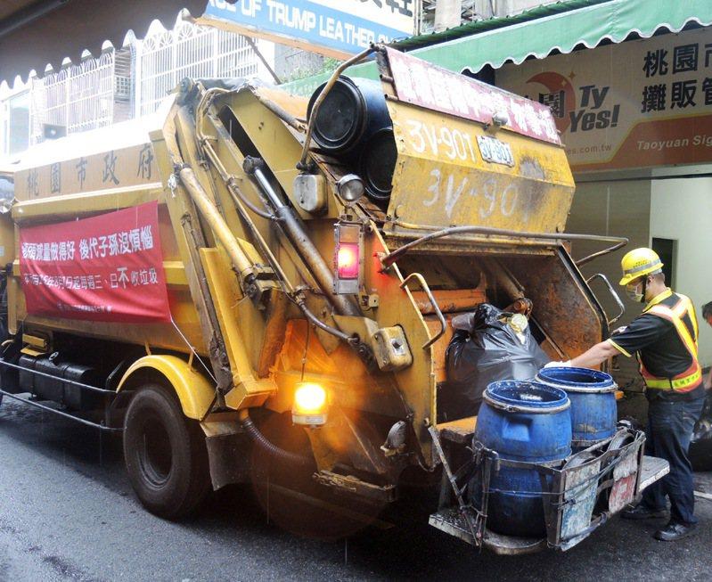 桃園市政府環保局預定10月1日起在八德、龜山區4里試辦專用垃圾袋制度,拒收沒有專用垃圾袋垃圾。圖/環保局提供