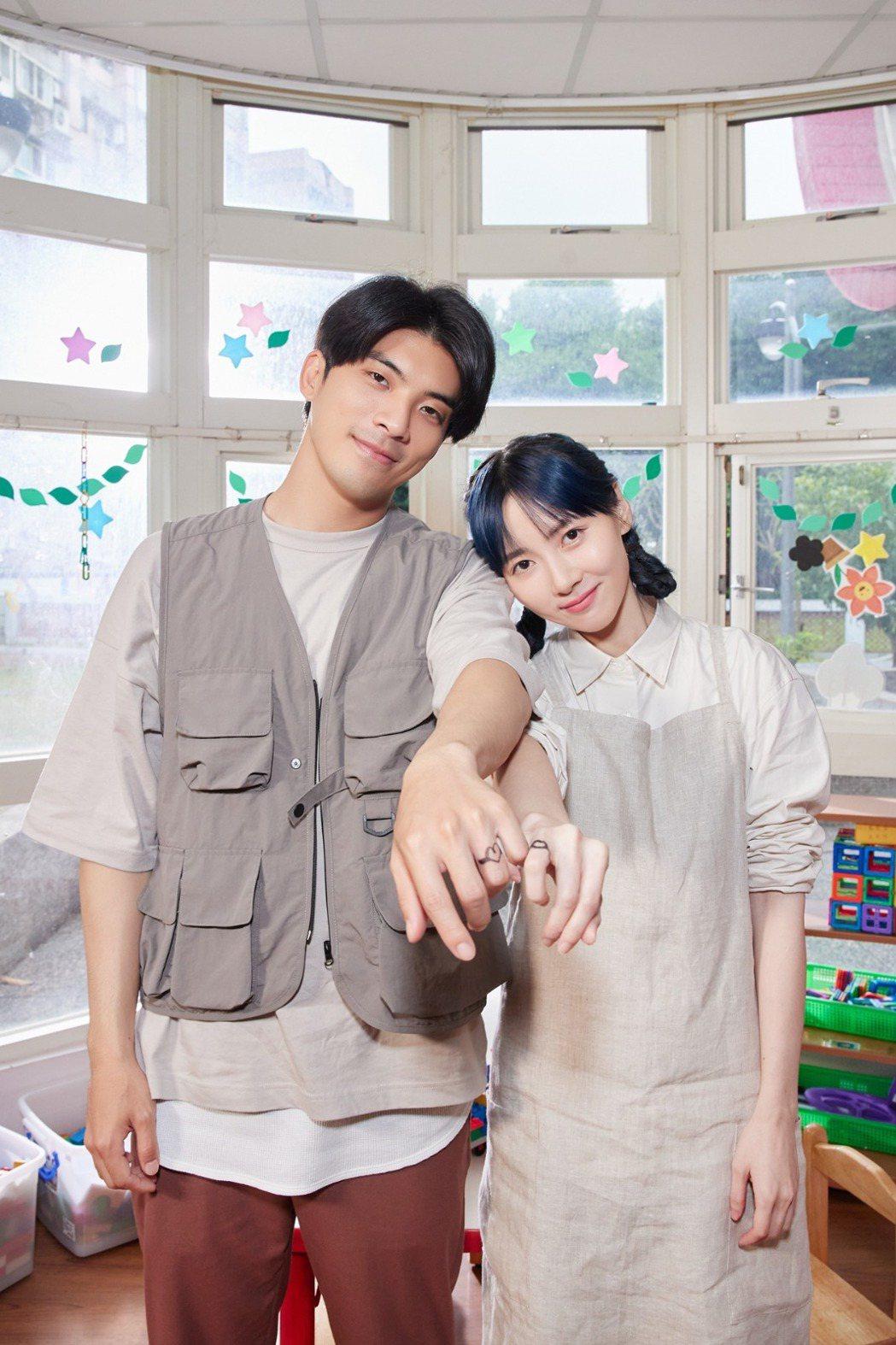 林哲熹(左)與饒星星在MV中飾演情侶,上演浪漫求婚戲碼。圖/華研國際提供