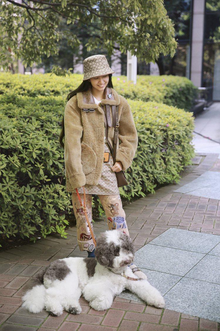 木村光希帶著愛犬Etoile一起參與演出。圖/Coach提供