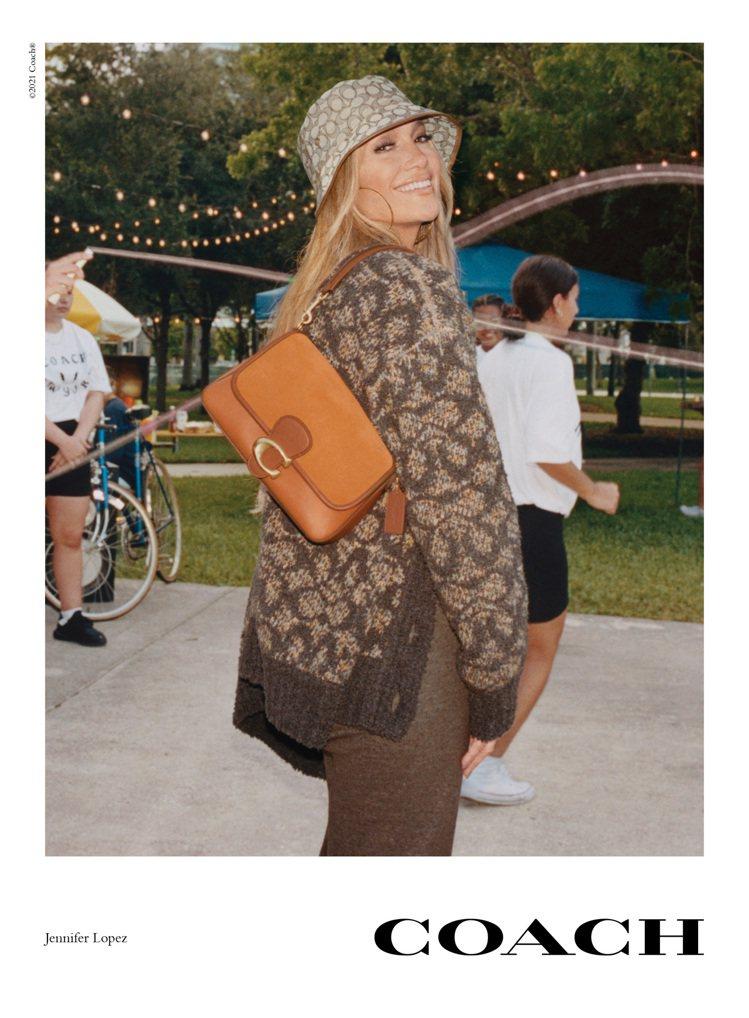 珍妮佛洛佩茲演出Coach秋季形象廣告。圖/Coach提供