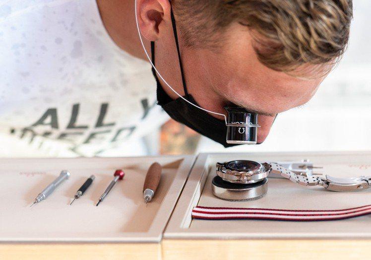 在參訪OMEGA的東京奧運形象展館時,Caeleb Dressel也親眼欣賞了O...