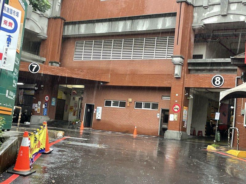 台中建國市場所沒有雨遮,讓攤商、消費者遇雨抱怨連連。圖/攤商提供