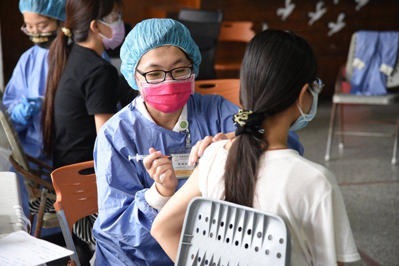 南投縣國高中教職員的新冠肺炎疫苗明天將全面抵達,統計3天完成專案施打3786人。圖/南投縣政府提供