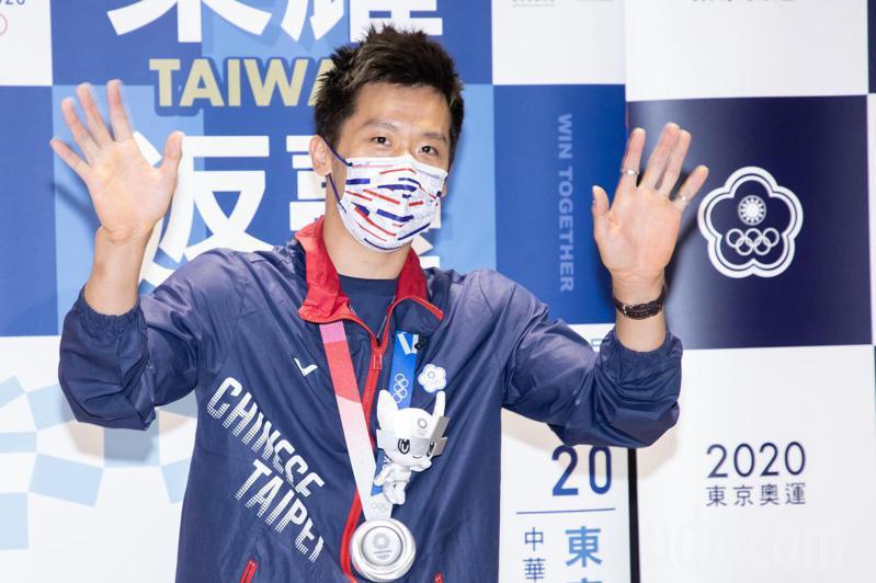 體操、拳擊代表隊選手今天搭乘華航班機CI101由日本返台,班機提前在下午4點42分降落桃園機場,降落後滑行停靠在D7空橋,在體操男子鞍馬項目奪得銀牌,也是台灣在奧運史上的首面體操獎牌的「鞍馬王子」李智凱更是眾人目光焦點。記者季相儒/攝影