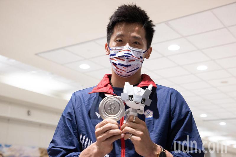 體操、拳擊代表隊選手今天搭乘華航班機CI101由日本返台,在體操男子鞍馬項目奪得銀牌,也是台灣在奧運史上的首面體操獎牌的「鞍馬王子」李智凱更是眾人目光焦點,李智凱開心的舉起獎牌。記者季相儒/攝影