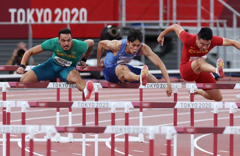 陳奎儒(左二)在東奧男子110公尺跨欄預賽登場。特派記者余承翰/東京攝影