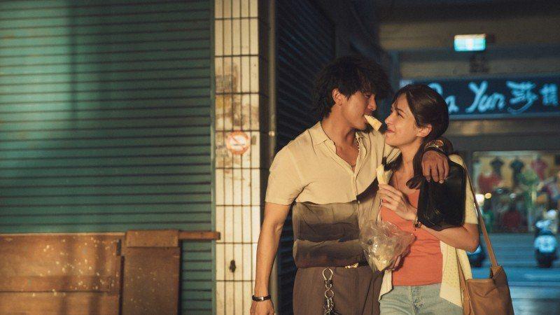 邱澤(左)、許瑋甯(右)主演「當男人戀愛時」全台熱賣。圖/金盞花大影業提供