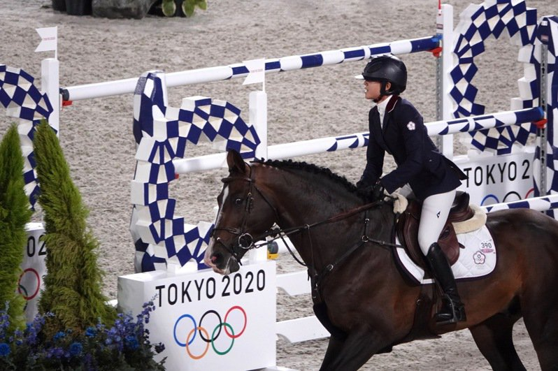 東京奧運馬術障礙超越賽資格賽,我國馬術好手陳少曼成為台灣首位完賽選手。奧運採訪團/東京攝影