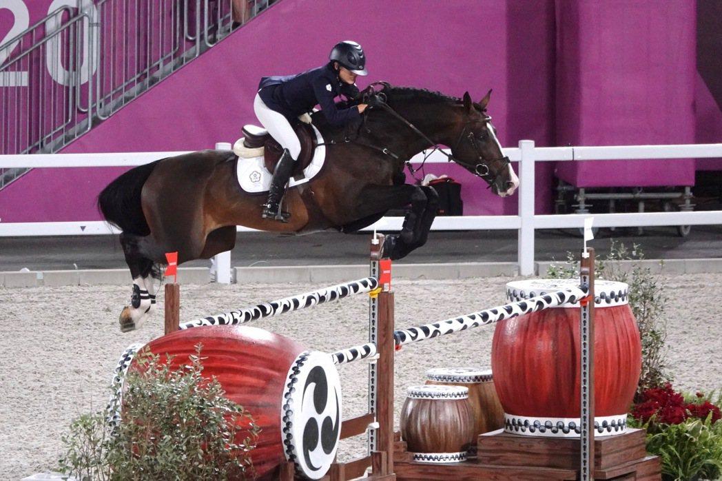 東京奧運馬術障礙超越賽資格賽,我國馬術好手陳少曼成為台灣首位完賽選手。奧運採訪團...