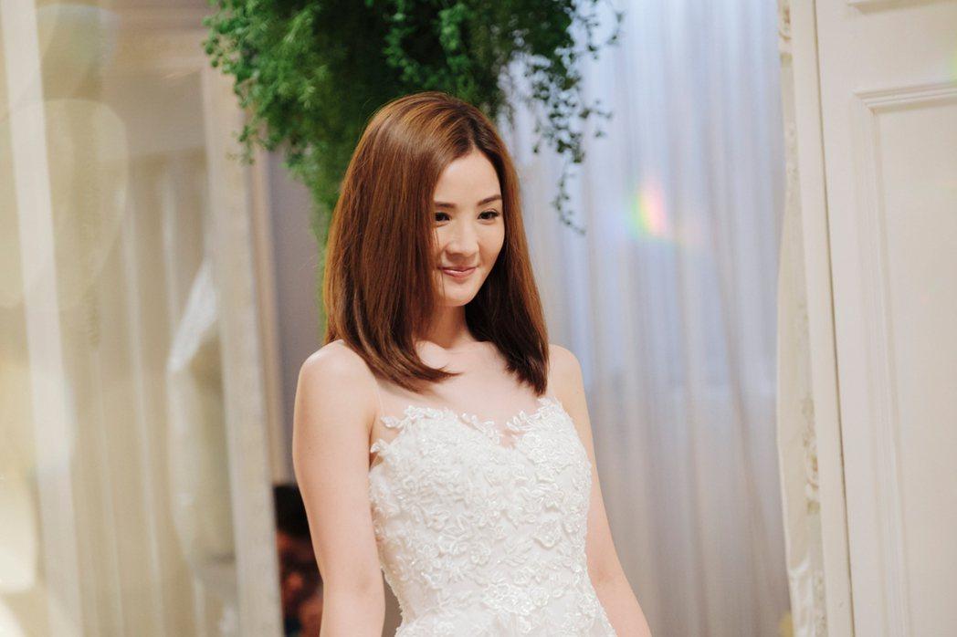 蔡卓妍為了電影再度穿上婚紗,甚至還拍了各式結婚照。圖/華映提供