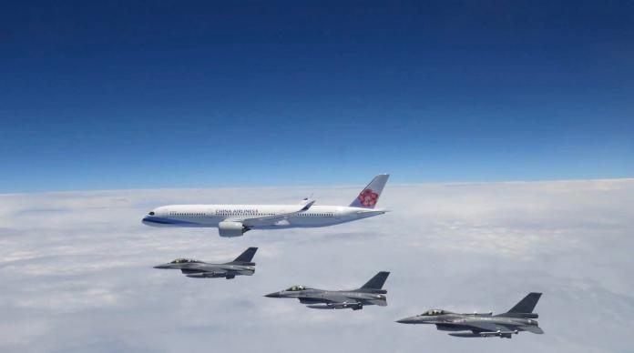 空軍明天(8/4)將派戰鬥機,在台灣東北方空域迎接搭載奧運中華隊國手的華航班機返國。本圖為2018年蔡總統出訪史瓦帝尼,空軍派出F-16伴飛的畫面。圖/空軍檔案照