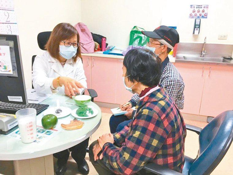 新竹台大分院提出抗「疫」飲食4大守則,讓銀髮族聰明健康吃。圖/新竹台大分院提供