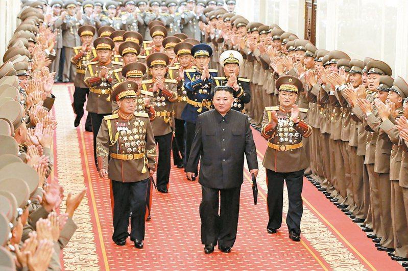 北韓軍指揮官七月廿四日在平壤鼓掌歡迎領導人金正恩(中)。南韓國家情報院三日表示,兩韓恢復跨境熱線出自金正恩的提議。(美聯社)