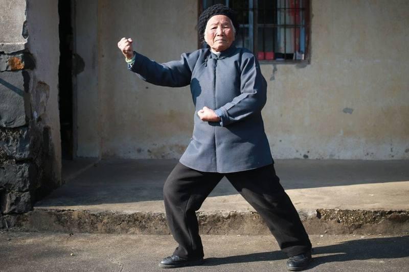 今年98歲的張荷仙長年習武,修習家傳的南拳硬派功夫,有「功夫奶奶」之稱。中新社