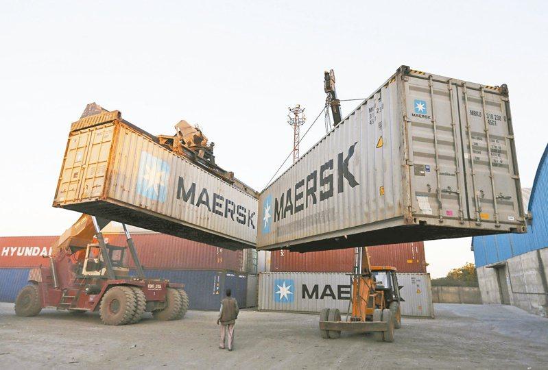 海運運價高漲,全球最大貨櫃輪公司馬士基上修今年財測;法人看好貨櫃三雄長榮、陽明、萬海第2季財報、7月營收有望續創新高。(路透)