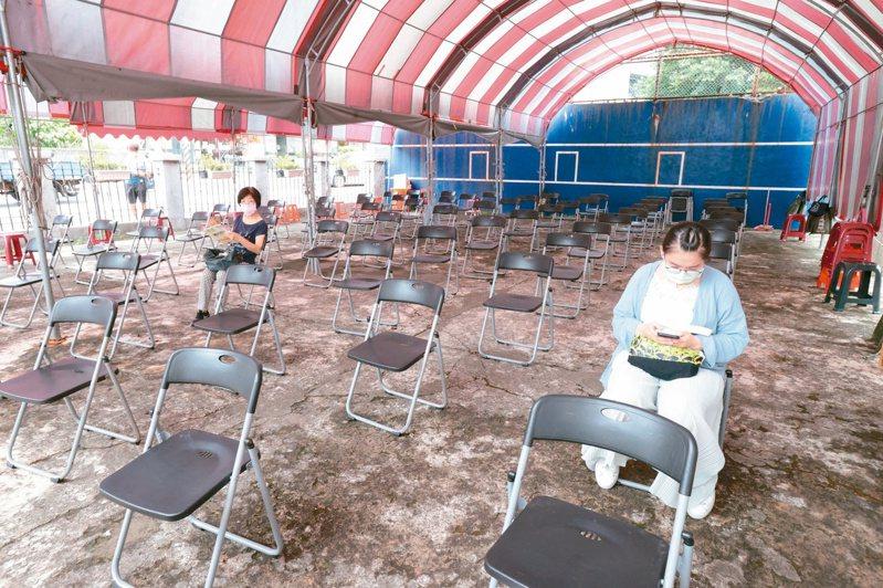 預約打新冠疫苗人數大減,台北榮總原本一天可打六百人,但周一全天預約打疫苗人數只有兩百多人,接種等待區顯得空蕩蕩。記者蘇健忠/攝影