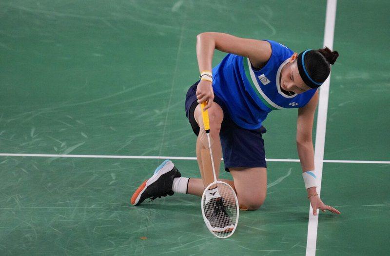 戴資穎在金牌戰屢次上演精彩撲球,卻也導致了膝蓋多處瘀傷。 美聯社