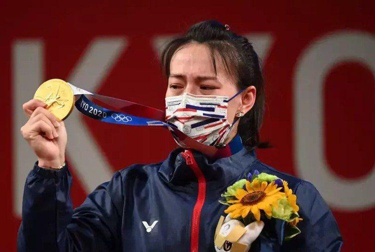 郭婞淳在東京奧運摘金、上台領獎時,右手腕上戴著RedLine經典手鍊。(法新社)