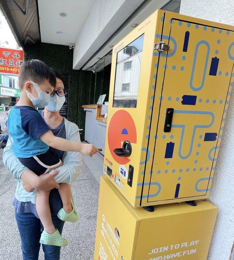媽媽與小孩一起體驗電池回收機台。 圖/新竹市政府提供