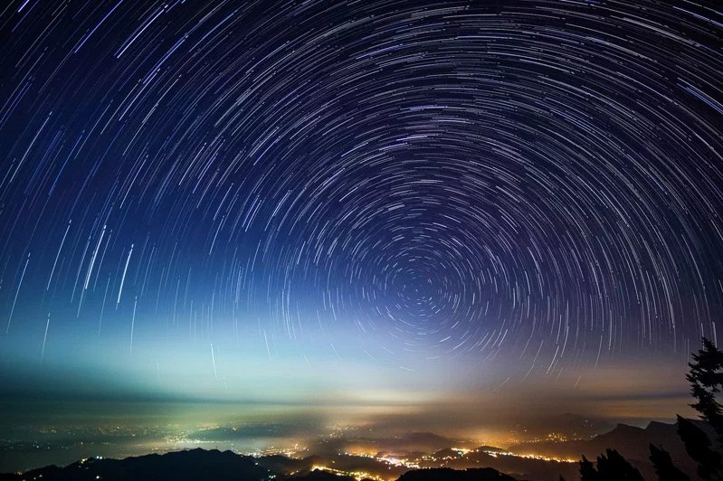 站在溪頭大崙山頭觀星,不但可以看到山下的琉璃光,更可拍攝到美麗的星軌畫面。  ...